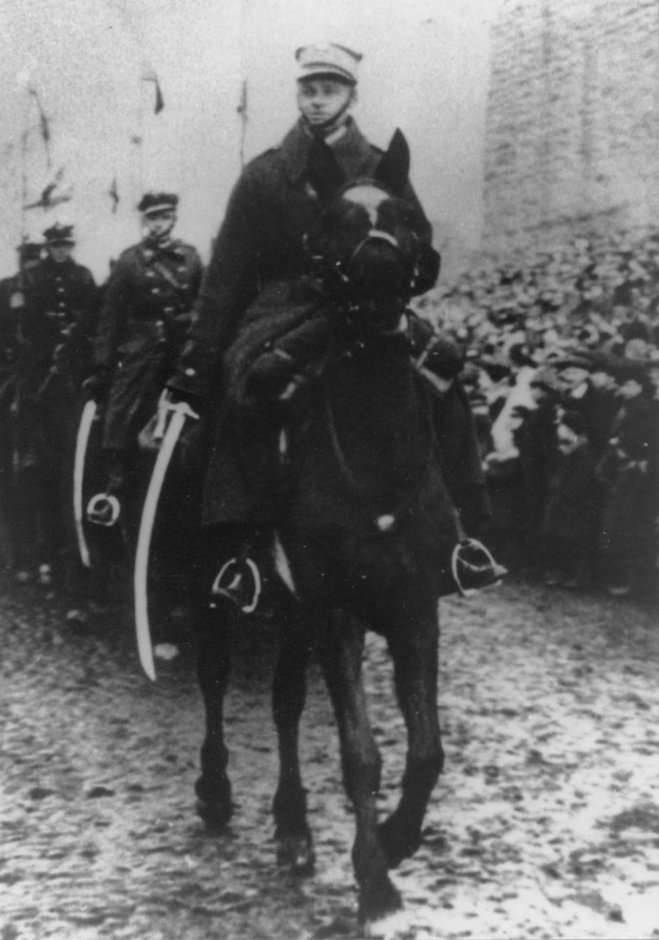 Pilecki kapitány ulánusosztag élén. Díszszemle Lidában