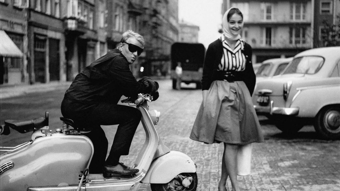 Fotograf Eustachy Kossakowski i Joanna Matylda Fiszer, ulica Chmielna (dawniej Rutkowskiego), 1960 Fot. Tadeusz Rolke